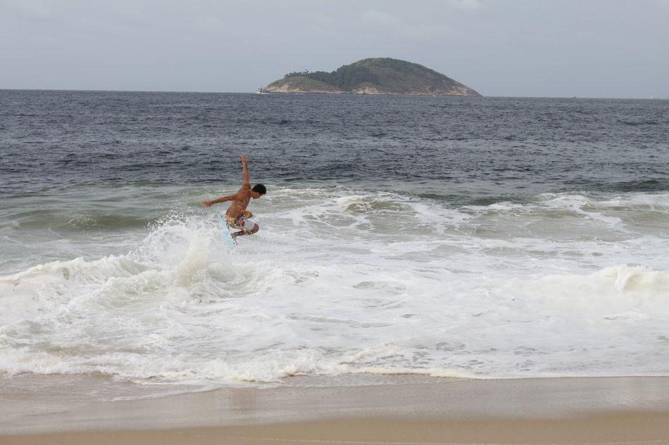 som_felippe-silveira_surfing.jpg